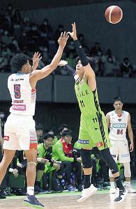 体を張ったプレーで勝利に貢献したレバンガ北海道の桜井(11番)