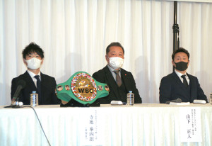 WBC世界ライトフライ級タイトル戦の発表会見に臨んだ王者・寺地拳四朗(左)、挑戦者・久田哲也(右)。中央はプロモーターの真正ジム山下正人会長