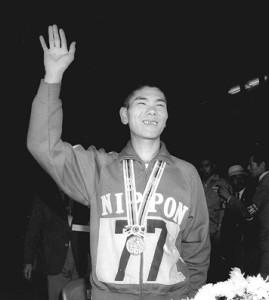 64年東京五輪の男子マラソンで銅メダルを獲得し、笑顔を見せた円谷幸吉さん
