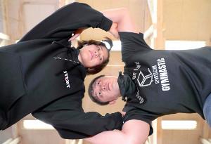 東京五輪代表の向田(左)は金メダルを目指して婚約者の志土地コーチと練習に取り組む(カメラ・佐々木清勝)※撮影時のみマスクを外していますが、通常は着用しています