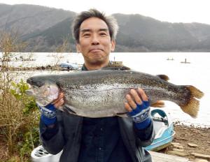 71.5センチのニジマスを釣って優勝した竹村さん(湖尻の検量所、AFCおおばで)