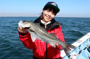 みらいちゃんが苦労の末に釣り上げた52センチのスズキ(浜新丸で)