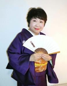 師匠・一龍斎貞水さんの扇子を手にする一龍斎貞友。この日の講座では師匠から譲り受けた張り扇も使った