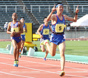 2017年東北高校陸上5000メートルで2位になった仙台育英高時代のピーター・ムワンギ(左、右は当時青森山田高で現駒大の田沢廉