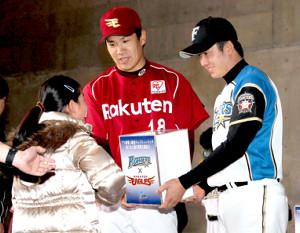 11年4月、日本ハムの斎藤(右)と募金活動