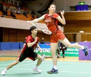 昨年12月、全日本総合の混合ダブルスに出場した渡辺(左)、東野組