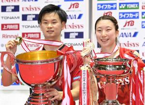 優勝して笑顔の渡辺(左)、東野組