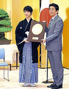 安倍首相(右)から盾を送られ笑顔を見せる羽生結弦