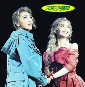 運命的な出会いから突発的に結婚するロミオ(礼真琴)(左)とジュリエット(舞空瞳)