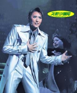 """""""幽霊刑事""""神崎のシルバーのコートで踊る宝塚歌劇月組トップスター・珠城りょう"""