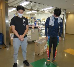 京王閣競輪場で黙とうした渡辺一成(左)と石川恭規