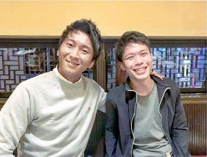 現在、アサヒ飲料の営業マンとして日々奮闘する高橋宗司さん(左)(右は青学大時代の1学年後輩の伊藤弘毅さん=高橋さん提供)