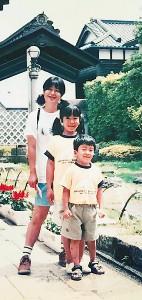 高橋宗司さんが幼い頃の家族写真(手前から高橋さん、姉・沙織さん、母・千賀子さん=高橋さん提供)