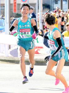 15年の箱根駅伝8区で区間賞を獲得し、青学大の初優勝に貢献した高橋宗司さん(左)(右は9区の藤川拓也主将)