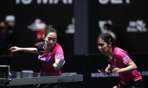 決勝進出を決めた石川佳純(左)、平野美宇組(国際卓球連盟提供)