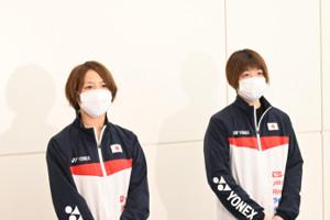 全英OP出発前に取材に応じたバドミントン女子ダブルスの福島由紀(左)、広田彩花(右)(代表撮影)