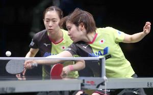 決勝で敗れた(左から)石川佳純、平野美宇組(国際卓球連盟提供)