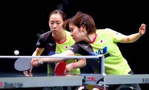 決勝で敗れた石川(左)、平野組(国際卓球連盟提供)