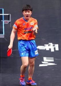 男子シングルスで優勝した張本(国際卓球連盟提供)