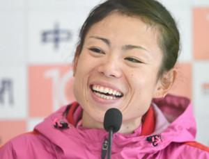 名古屋ウィメンズマラソンで優勝し、記者会見で笑顔を見せる松田瑞生(代表撮影)