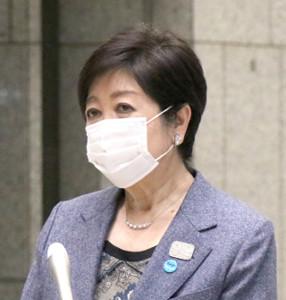 都庁で記者団の取材に応じる小池百合子知事