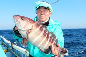 強烈な引きをかわして木村さんが釣り上げた2キロ級のマハタ(松栄丸で)