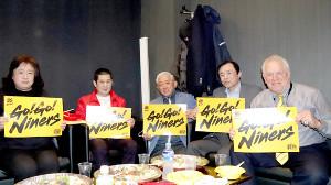 東日本大震災で家族を亡くした人たちとの交流を続けているキーナート氏(右)。左から3人目は仙台大の朴沢理事長