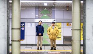 事件当日、サリンが散布された日比谷線に乗車した六本木駅に立つ、さかはらあつし監督(右)と荒木浩氏(Photo by Nori Matsui)