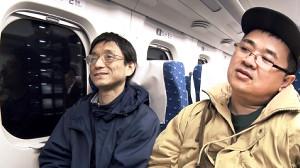 新幹線の中で語り合う、さかはら監督(右)と荒木氏