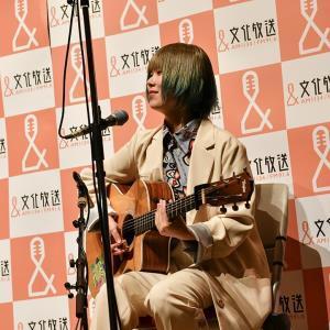 16日の文化放送定例会見で弾き語りを披露した703号室こと岡谷柚奈