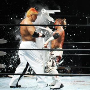 蛍光灯で殴り合う石川修司(左)と葛西純