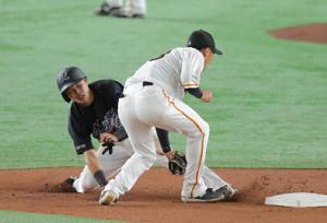 3回2死一塁、大城卓三が一塁走者・小川龍成の二盗を阻止(右は吉川尚輝)
