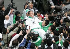 06年、初の総合優勝を決めた亜大の岡田正裕監督(中央)が、選手たちに胴上げされ笑顔