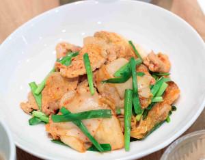 奥原が炭水化物の摂取量を増やすために取り入れた薄切りの餅入り豚キムチ(味の素提供)
