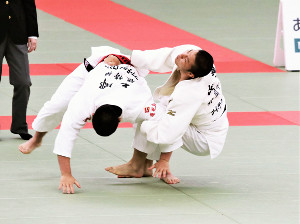 決勝で相手を寝技に引き込む静学・長沢(右)
