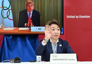 東京五輪・パラリンピックに向けた5者協議で、IOCのバッハ会長(後方)の呼びかけに応じる大会組織委員会の橋本聖子会長(代表撮影)