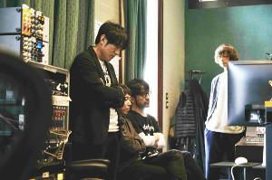 真剣な表情でレコーディングを行うMr.Children(左から櫻井和寿、中川敬輔、鈴木英哉、田原健一)