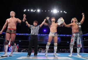快勝し、ファンの拍手に応える(左から)オカダ・カズチカ、(1人置いて)飯伏幸太、棚橋弘至(新日本プロレス提供)