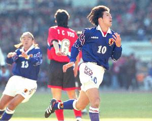 97年W杯最終予選の韓国戦、前半1分に先制ゴールを決めて喜ぶ名波(左は北澤)