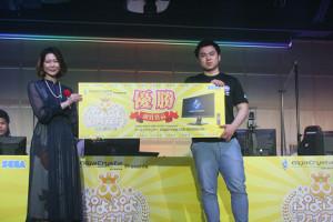 「ぷよぷよファイナルズ」で優勝したぴぽにあ選手。左はアルル役の声優・園崎未恵さん