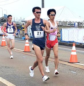 競り合う川野将虎(左)と高橋英輝(カメラ・細野友司)