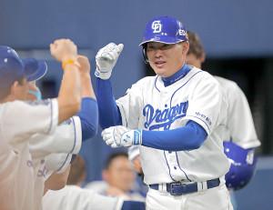 6回2死二塁、中日復帰後の「初安打」を右越えの2点本塁打で決めた代打の福留孝介はベンチのナインに迎えられる(カメラ・泉 貫太)