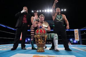 NJC初優勝を飾り、「ユナイテッド・エンパイア」軍の仲間とポーズを取るウィル・オスプレイ(中央=新日本プロレス提供)