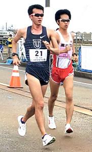 男子20キロ競歩で競り合う川野(左)と高橋