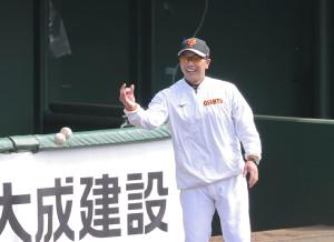 笑顔を見せる阿部2軍監督(カメラ・山崎 賢人)