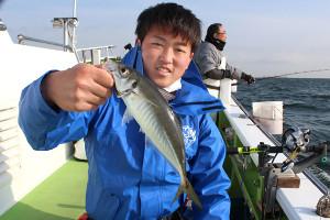 30センチ近い良型アジを釣って喜ぶ菊池さん(関義丸で)
