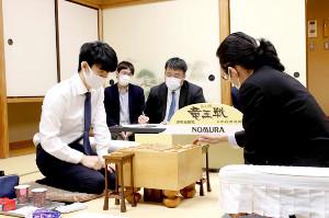 松尾歩八段(右)に勝利した藤井二冠(日本将棋連盟提供)