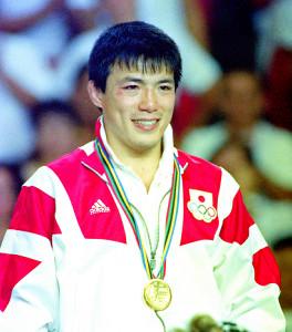 バルセロナ五輪で金メダルを獲得した古賀稔彦さんは表彰台で笑顔を見せた
