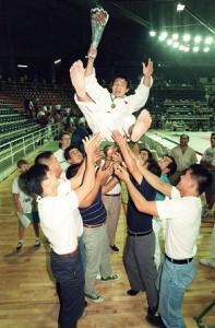 1991年、世界選手権で優勝し胴上げされる古賀稔彦さん