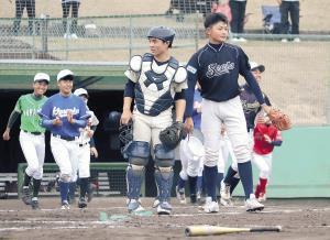 予選リーグを突破し喜ぶ大阪阪南支部ナイン